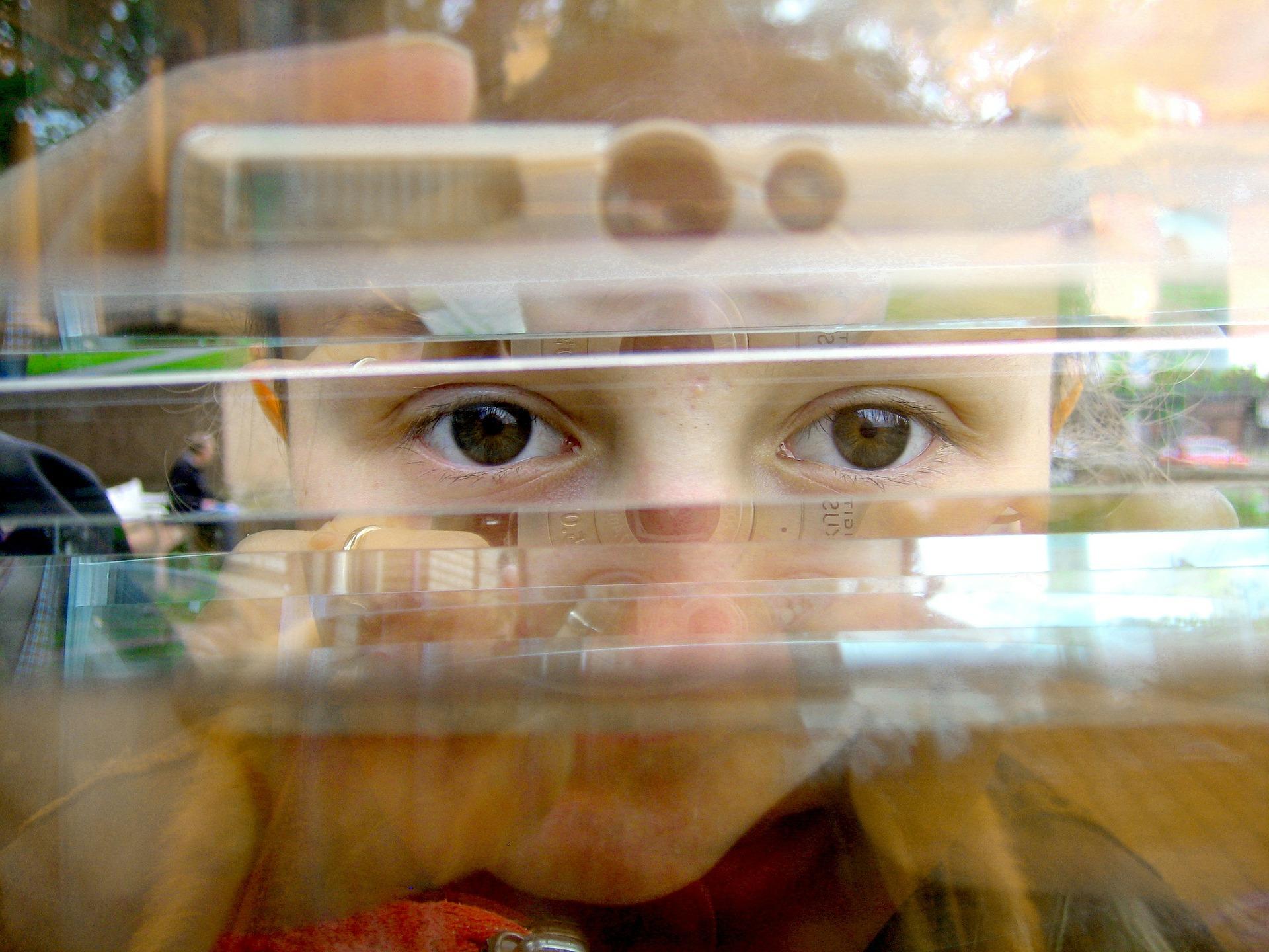 הכירה את אהבת אמה בעיקר דרך המגע האוהב שלה. ילדה מביטה דרך זכוכית| צילום המחשה: www.pixabay.com (למצולמת אין כל קשר לכתבה)